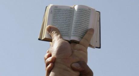 Des salafistes brandissant le Coran lors d'une manifestation en Tunisie, mars 2012. © REUTERS/Zoubeir Souissi