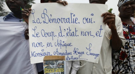 Manifestants anti junte  Abidjan, 27 mars 2012 REUTERS/Thierry Gouegnon
