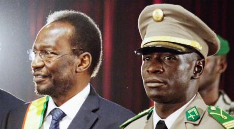 Le prséident par intérim Dioncounda Traoré aux côtés de l'ex-puschistes Amadou Sanogo, Bamako, 12 avril 2012  REUTERS/Stringer