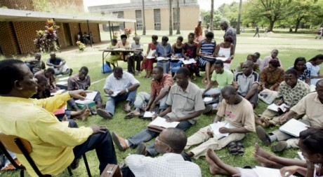 Des étudiants assistent à un cour de latin en plein air, Campus de l'université de Cocody, Abidjan, Mai 2005 AFP/Issouf Sanogo
