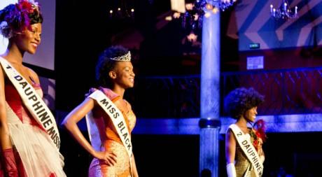 Mbathio Beye, la Miss Black France, entourée des dauphines, Romy Niaba (à d.) et Aïssata Soumah (à g.) © Prisca Munkeni Monnier