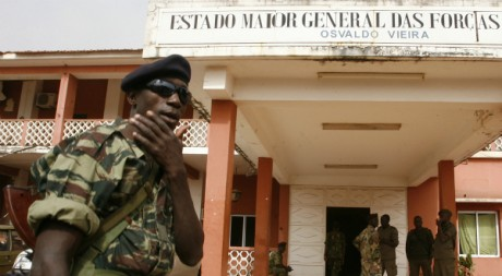 Soldats devant les quartiers généraux de l'armée, Bissau, 5 mars 2009 REUTERS/Luc Gnago