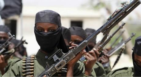 Nouvelles recrues des Shebabs en Somalie lors d'une parade, camp militaire d'Afgoye, 17 février 2011 REUTERS/Feisal Omar