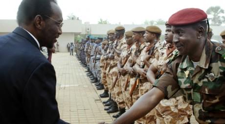 Le futur président par intérim Traore passe en revue les troupes maliennes, Bamako, 12 avril 2012. Stringer/Reuters