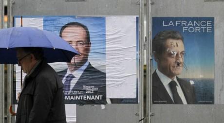 Affiches électorales des deux candidats à l'élection présidentielle française le 4 mai 2012. Reuters/Stephane Mahe