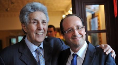 Rencontre entre le leader socialiste François Hollande et Ahmed Ben Bella à Alger le 8 décembre 2010.  AFP/FAYEZ NURELDINE