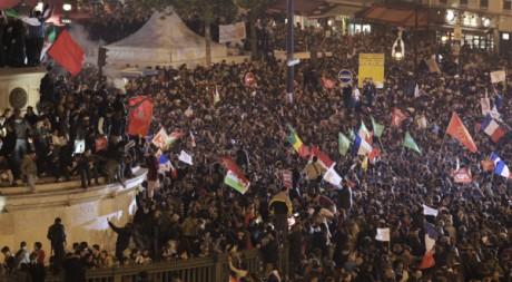 La foule célèbre la victoire de François Hollande, place de la Bastille, Paris, 6 mai 2012. REUTERS/Pascal Rossignol