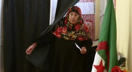 Une Algérienne sort de l'isoloir lors de l'élection présidentielle le 19 avril 2009. Reuters/Zohra Bensemra