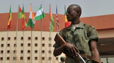 Un soldat malien en faction à l'aéroport de Bamako, 29 mars 2012, AFP PHOTO/ Issouf Sanogo