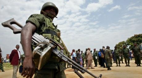 Un soldat congolais lors d'une visite du ministre de la Défense dans l'est du pays, 27 février 2005,REUTERS/Antony Njuguna