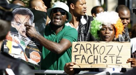 Manifestant pro-Gbagbo devant l'Assemblée Nationale à Paris, 6 avril 2011, REUTERS/Charles Platiau