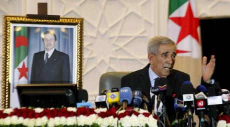 Le ministre de l'Intérieur Ould Kablia annonce les résultats des législatives, 11 mai 2012, Alger. REUTERS/Zohra Bensemra