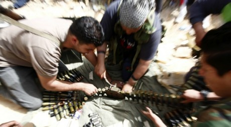 Des combattants préparent des munitions lors des combats près de Zuwara le 4 avril 2012. Reuters/Anis Mili