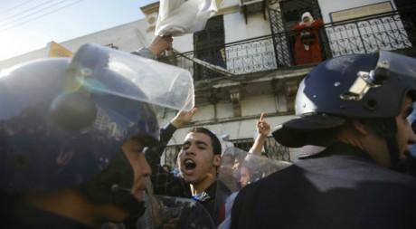 Des lycéens protestent devant une annexe du ministère de l'éducation, à Alger, le 19 janvier 2012