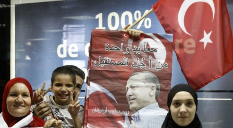 Des Tunisiens accueillent le président turc Erdogan à son arrivée à l'aéroport, le 14 septembre 2011. REUTERS/Zoubeir Souissi