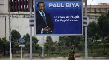 Une femme devant un panneau pour la réélection du président Paul Biya, Yaoundé, 7 octobre 2011. REUTERS/Akintunde Akinleye