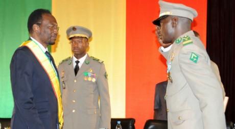 Dioncounda Traoré reçoit le salut miltaire d'Amadou Sanogo, Cérémonie d'investiture, Bamako, 12 avril 2012 AFP PHOTO/H. Kouyate
