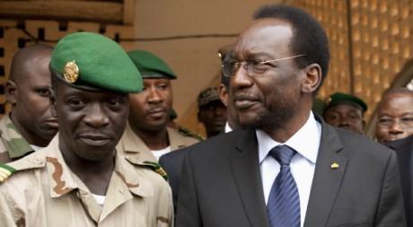 Le président Dioncounda Traoré et le chef de la junte Amadou Sanogo, camp militaire de Kati, 9 avril 2012, REUTERS/Joe Penney