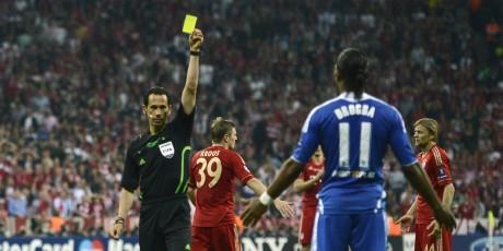 En provoquant un pénalty, Drogba a bien failli encore passer à côté de la victoire à Munich, 19 mai 2012. REUTERS/Dylan Martinez