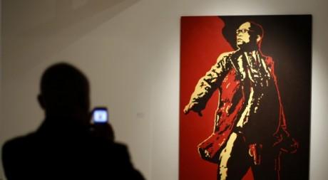 Un visiteur de l'exposition de Brett Murray à Johannesburg photographie le portrait de Jacob Zuma. ZSIPHIWE SIBEKO/Reuters.