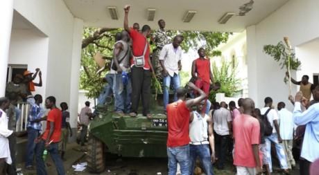 Des manifestants occupent le palais présientiel de Bamoko, le 21 mai 2012. REUTERS/Stringer .