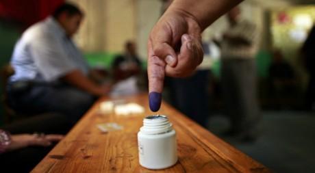 Des électeurs égyptiens trempent leur doigt dans l'encre dans un bureau de vote du Caire, le 24 mai 2012. REUTERS/Suhaib Salem