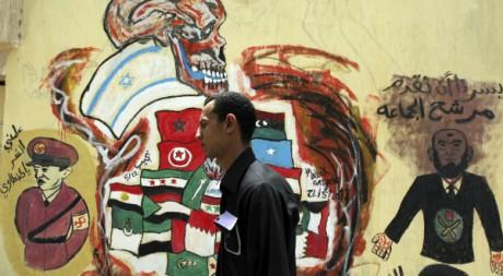 Place Tahrir, au Caire, une fresque représente le pouvoir militaire et les Frères musulmans.   REUTERS/Amr Dalsh