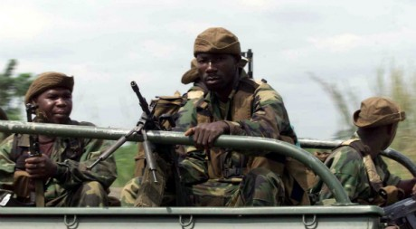Mercenaires ivoiriens se dirigeant vers Duékué, 7 décembre 2002, REUTERS/Luc Gnago