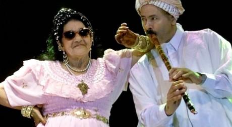 La reine du Raï, Cheika Rimiti, lors d'un concert en mars 2001. REUTERS/Stringer