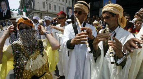 Musique et danses folkloriques pour la venue à Oran d'Abdelaziz Bouteflika, le 30 juillet 2007. Zohra Bensemra / Reuters