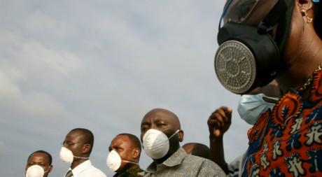 Riverains du village d'Akuedo (proche d'Abidjan) portant des masques protecteurs, 13 septembre 2006, REUTERS/Luc Gnago