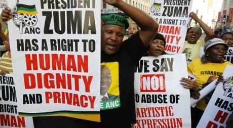 Des lmillitants de l'ANC manifestent contre l'exposition de la peinture, Johannesburg, 24 mai 2012,REUTERS/Siphiwe Sibeko