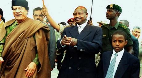 Kadhafi en compagnie du président ougandais Museveni et du jeune roi du Toro, le 14 juillet 2001. PETER BUSOMOKE / AFP