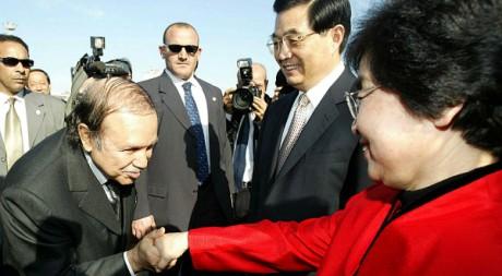 Abdelaziz Bouteflika baise la main de l'épouse du président chinois Hu Jintao, à Alger. REUTERS/Zohra Bensemra