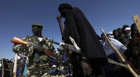 Un soldat nigérien et un Touareg noir durant le festival de la cure Salée d'Ingal, 18 septembre 2011, REUTERS/Luc Gnago