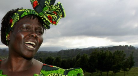 Wangari Maathai, prix Nobel de la paix en 2004, près de son village natal. REUTERS/Antony Njuguna