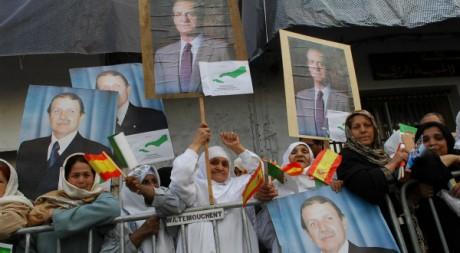 Des femmes accueillent à Oran le président Abdelaziz Bouteflika et le roi espagnol Juan Carlos, le 15 mars 2007. STR/AFP