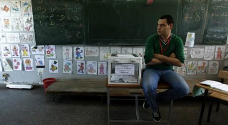 Un homme attend les votants lors des élections législatives de 2012 REUTERS/Zohra Bensemra