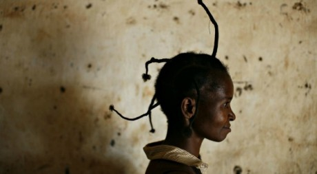 Une femme porte une coiffure traditionnelle congolaise, le 18 fevrier 2008  Bangadi ( l&#039;est de la RDC). REUTERS/F.OReilly