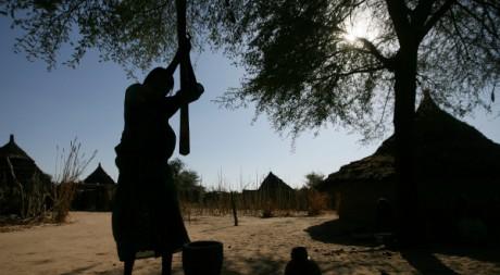 La machine à piler n'existe toujours pas et ce sont les femmes qui s'acquittent de cette corvée. OLIVIER LABAN-MATTEI/AFP