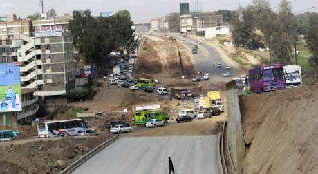 Construction d'une autouroute à Nairobi, Kenya, septembre 2011 © Thomas Mukoya/REUTERS