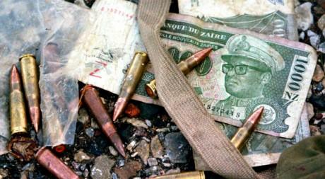 Munitions sur des coupures de Zaïres à l'effigie de Mobutu Sese Seko, RDC, janvier 2003, REUTERS/Peter Andrews