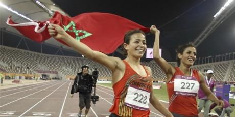 Les coureuses marocaines Akkaoui et Abakil aux jeux panarabes de Doha, décembre 2011. © REUTERS/Mohamad Dabbouss