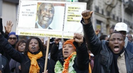 Manifestants pro-Gbagbo, protestant contre la visite d'Alassane Ouattara Paris, janvier 2012, REUTERS/Gonzalo Fuentes