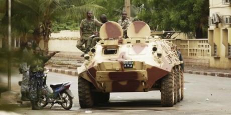 Des soldats de la junte malienne, après la reprise des combats à Bamako, début mai 2011. © Reuters/Springer.