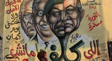 Affiche murale avec, notamment l'ancien présient Hosni Moubarak, Le Caire, juin 2012.©REUTERS/Ahmed Jadallah
