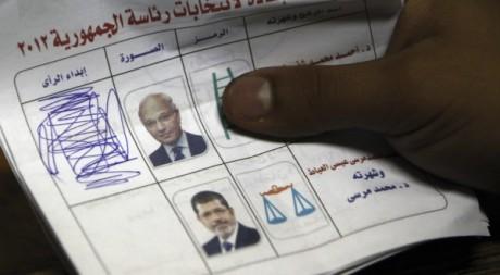 Bulletin électoral du second tour de la présidentielle qui oppose Ahmed Chafiq et Mohammed Morsi. Reuters/Amr Dalsh