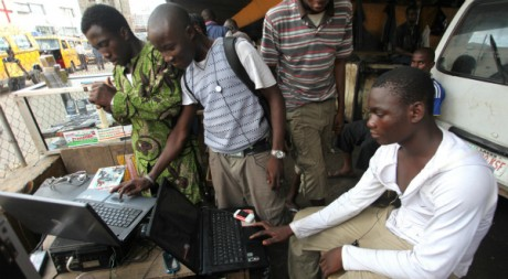 Jeunes nigérian pratiquant le téléchargement, Lagos, 26 mai 2010, REUTERS/Akintunde Akinleye