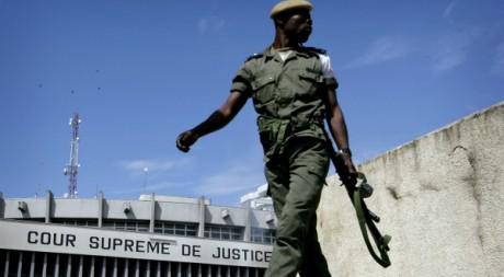 Un soldat congolais devant la cour suprême à Kinshasa, 22 novembre 2006. REUTERS/Finbarr O'Reilly