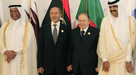 Mustapha Abdeljalil et Abdelaziz Bouteflika, à Doha, au Qatar, nov. 2011 © REUTERS/Mohamad Dabbouss